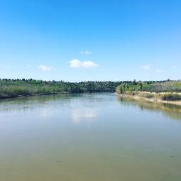 North Skatchewan River. Det tager 20 minutter at gå ned til den fra vores hus